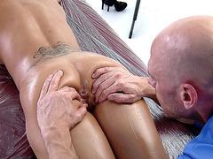 Capri Cavanni gets intensive body massage