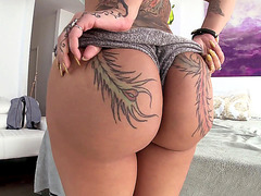 Bella Bellz gets her large butt worshipped